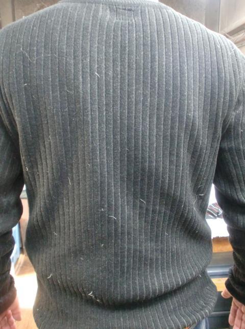 ダウンの羽毛が付いたセーター2