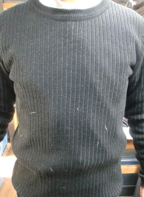 ダウンの羽毛が付いたセーター1