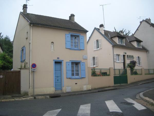 青のドアの家