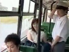 【逆痴漢】バスで学生のチンポを引きずり出して手コキする熟女。射精後は交代して手マンさせます。