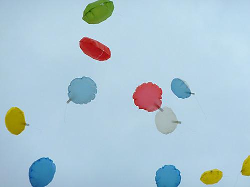 大空の紙風船アップ