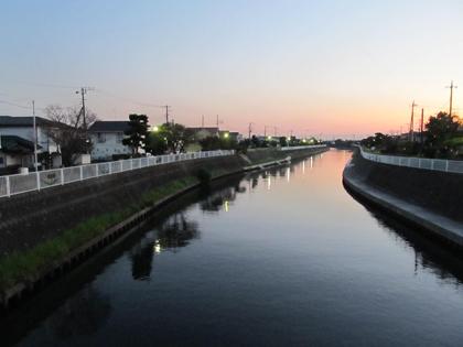 夕方の川端。
