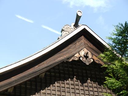 お寺の屋根と空