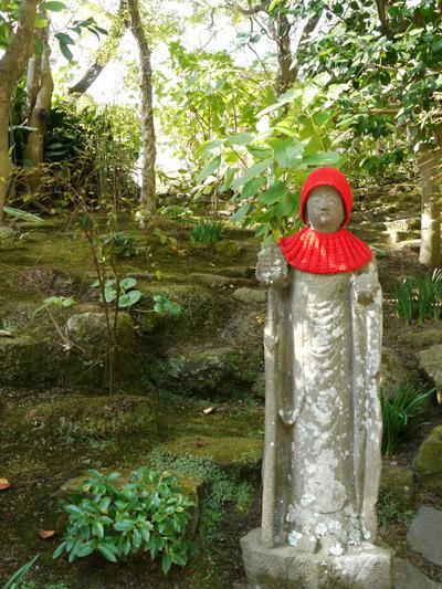 赤い帽子の像
