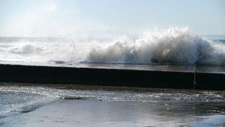 岸壁に打ち付ける波