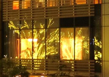 窓に映ったイルミネーション