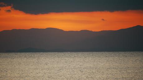 雲と海に挟まれた夕焼け