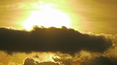 雲にかかる太陽