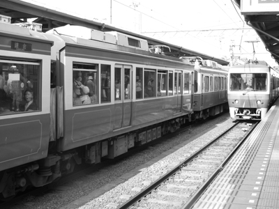 鎌倉駅で、江ノ電をまって。