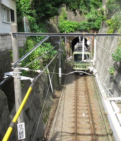 トンネルから出てくる江ノ電2