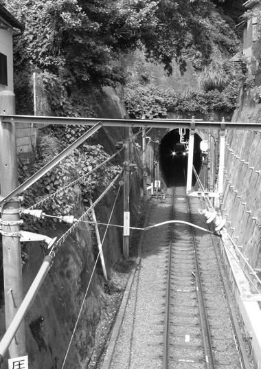 トンネルから出てくる江ノ電