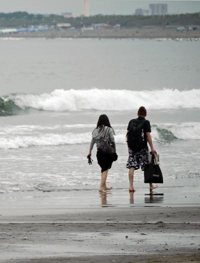 海を歩く2人