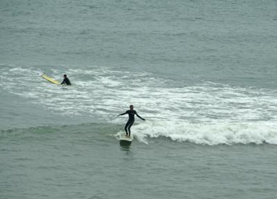 サーフィンする人