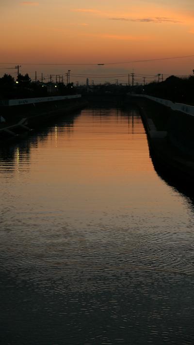 夕ぐれの川岸