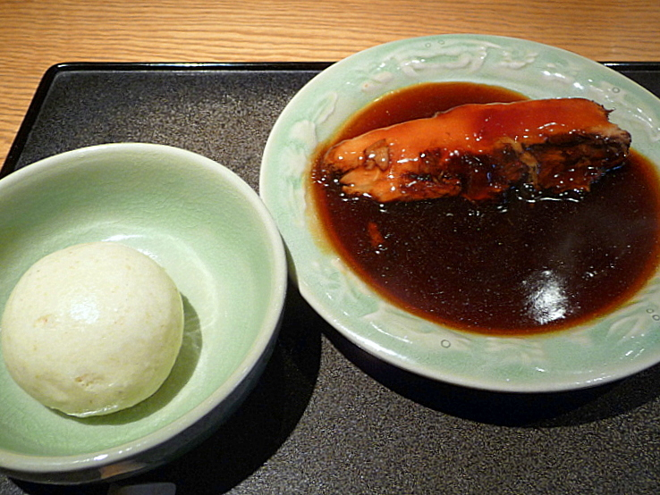 蕎麦屋 にこら 六白黒豚三枚肉のうま煮(そば蒸パンつき)-1