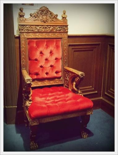 サトゥルヌスの椅子 女の椅子