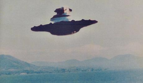 英ヒースロー空港、UFOが航空機とあわや衝突