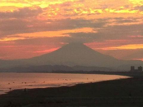 海から見た朝焼けの富士