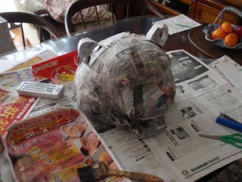 虎の骨組みに新聞紙