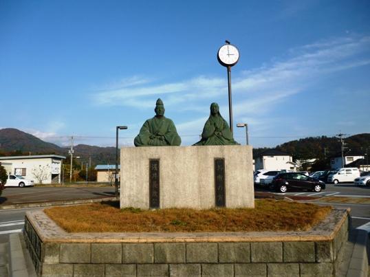 浅井長政とお市の方の像