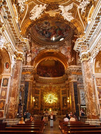 バロック装飾のサンタ・マリア・デッラ・ヴィットリア教会内部