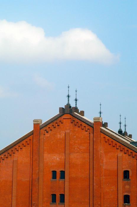 赤レンガ倉庫と雲001