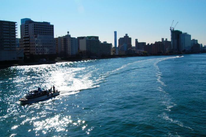 川を登る船