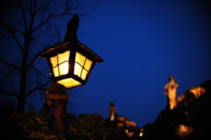 夜をほのかに照らすランプ
