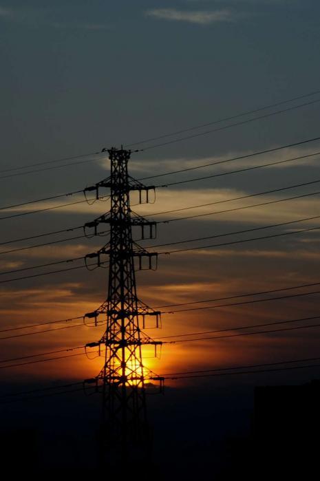高圧線の向こう側に沈む夕日2
