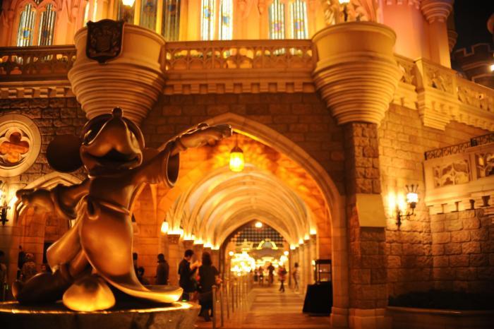 夜のシンデレラ城とミッキー