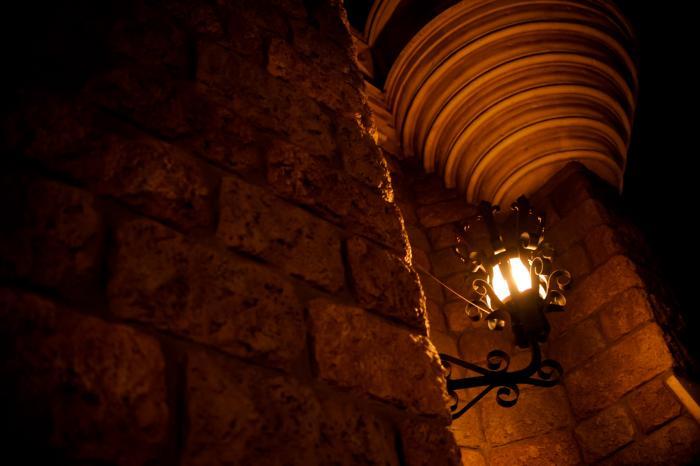 石の壁に付けられたランプ