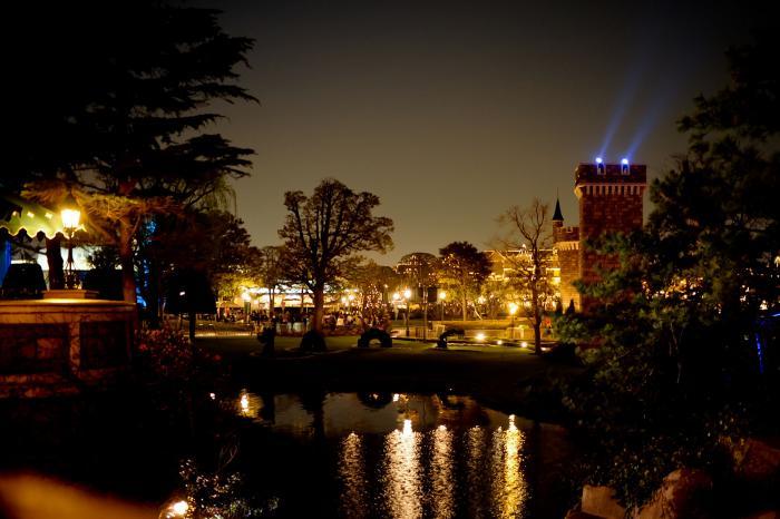 ディズニーランドの夜景と池