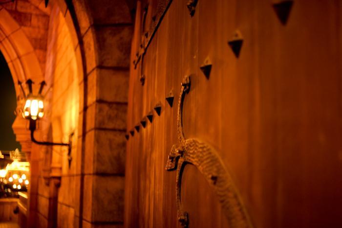 中世のヨーロッパにありそうな門扉と夜景