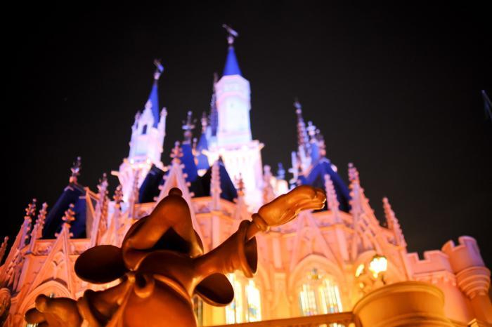 夜空に浮かび上がるシンデレラ城とミッキー!