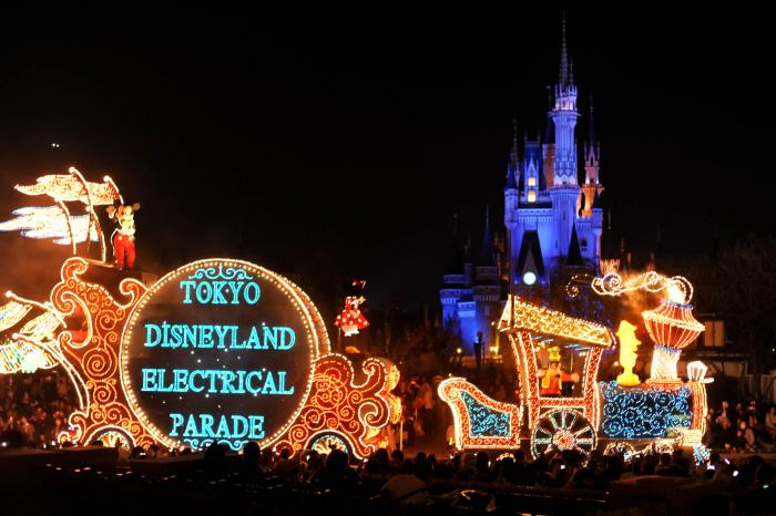 光り輝くディズニーランドのパレードとシンデレラ城
