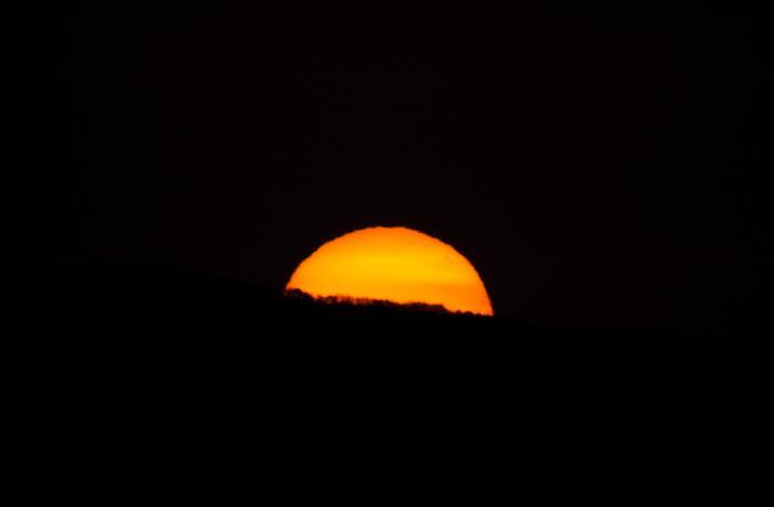 日の出の瞬間 オレンジ色に染まっている