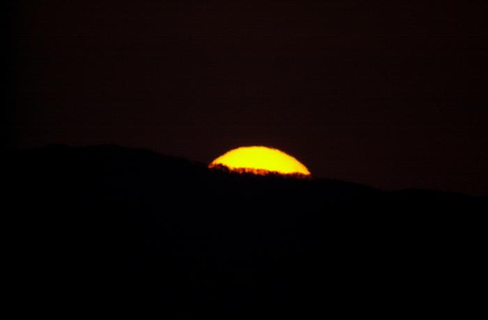 日の出 太陽の上部が顔を出した瞬間