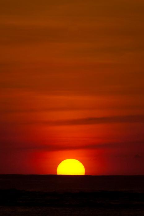 真っ赤な太陽と焼けるような夕焼け