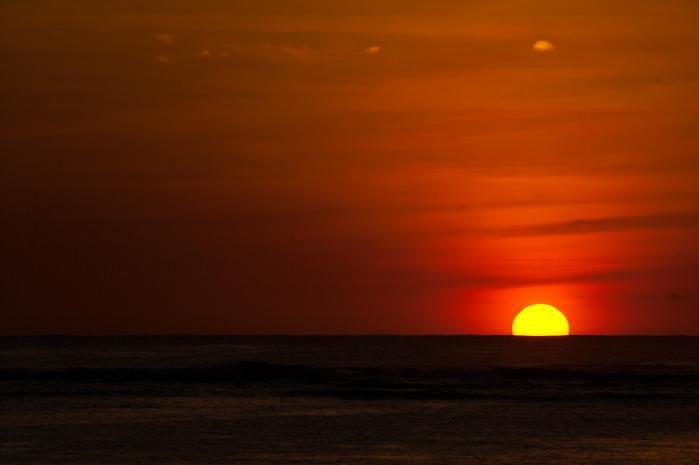水平線に沈み行く太陽