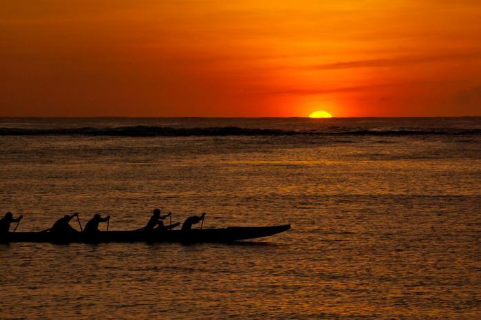 南国グアムの夕陽にはカヌー(カヤック)が似合う