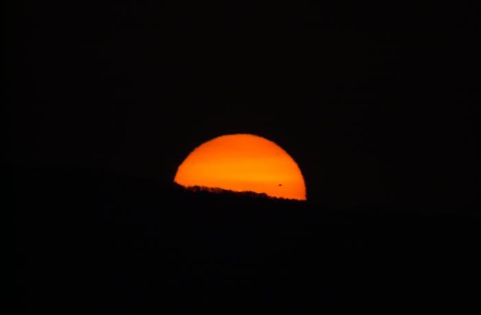 太陽が山から顔を出した