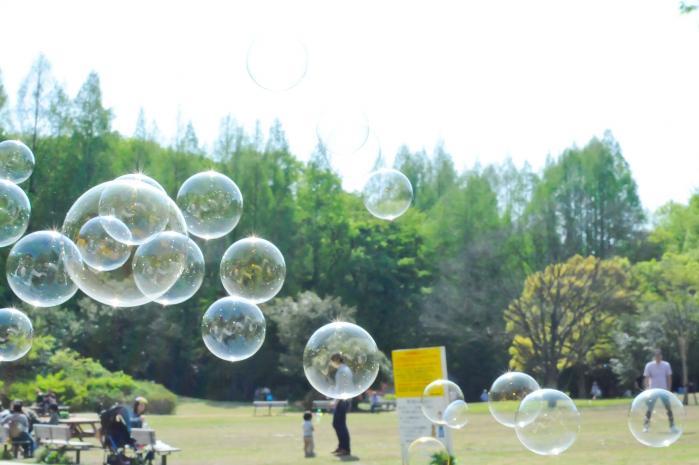 休日の公園でシャボン玉遊び