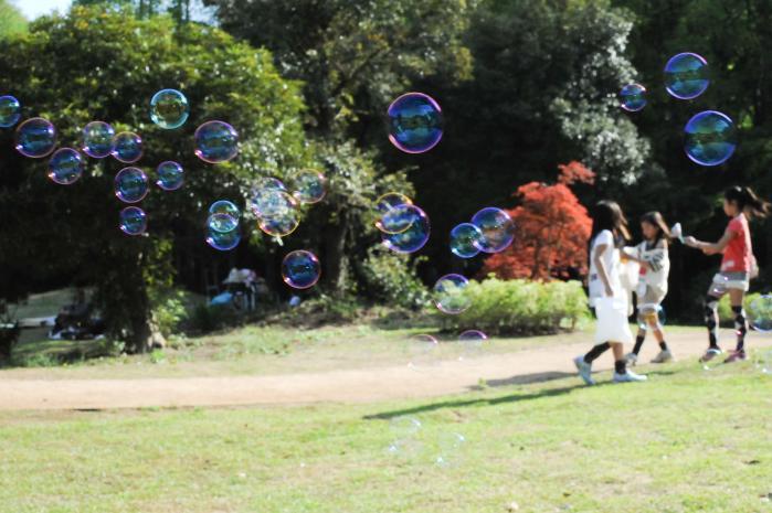シャボン玉遊びをする子供たち
