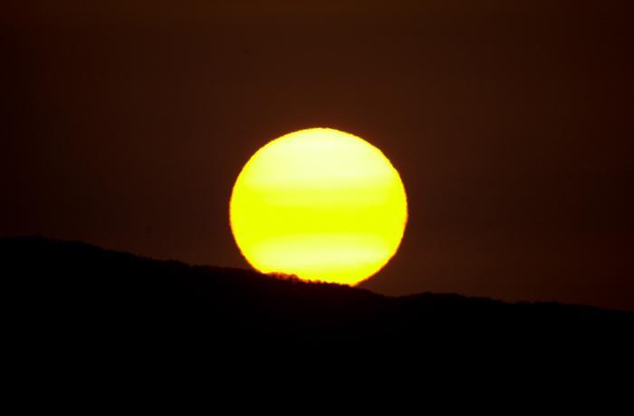 日の出直後の太陽・燃え上がるようなオレンジ色