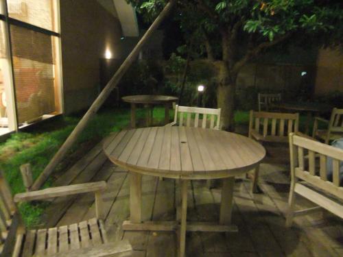 500円形テーブルと庭DSCF4414