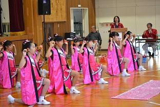 子ども達の踊りに身体も動かして・・・