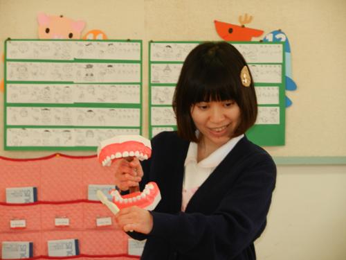 さゆり幼稚園で歯磨き指導_模型
