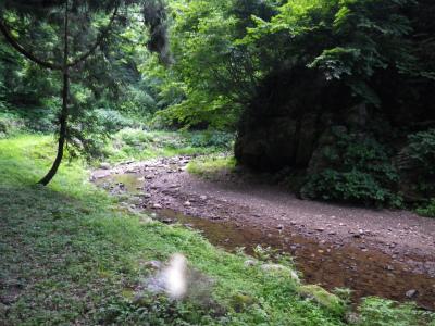 不動尊内を流れる小川