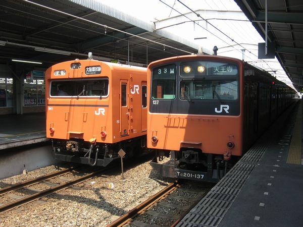 大阪環状線鶴橋駅に停車中の103系と201系