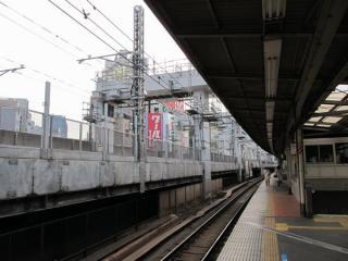 神田駅のホーム脇で続く橋脚の工事